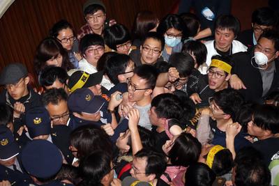 史上首遭!臺灣學生闖立法院攻佔主席台
