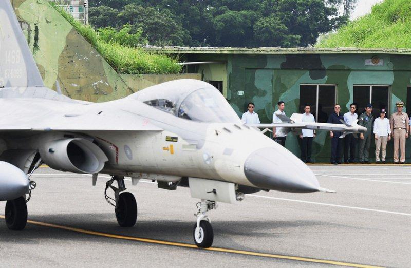 共軍轟六穿越台海 蔡總統今視導我空軍