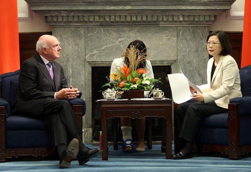 接軌國際 總統:年底提新版失智症政策綱領