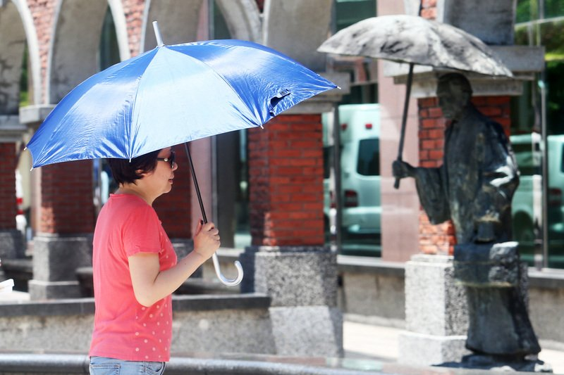 白天高溫炎熱 午後山區局部雷陣雨
