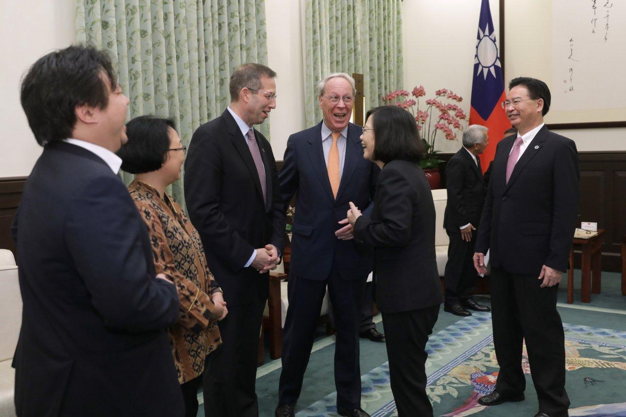 總統接見玉山論壇與會者 盼支持新南向政策
