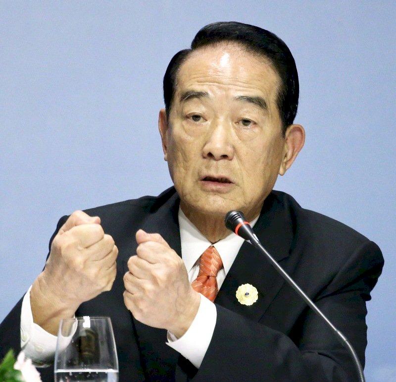 宋楚瑜與眾經濟領袖 今晚身穿越南國服合影
