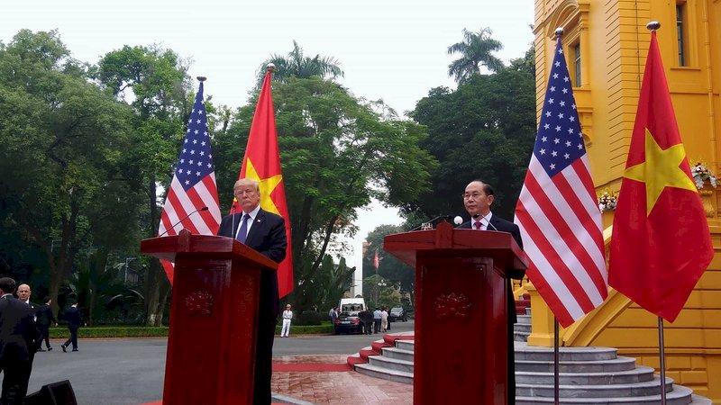 川普譴責越南貿易失衡 仍簽下多項協議