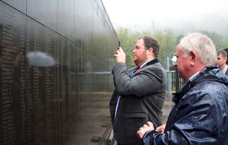 二戰戰俘家屬 金瓜石風雨追思先人