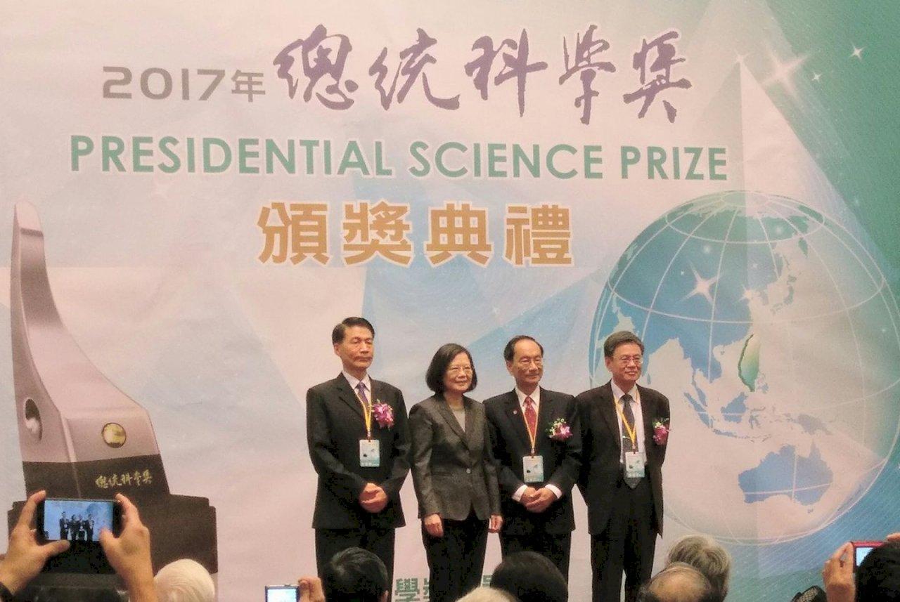 頒總統科學獎 總統:持續投入資源支持科研