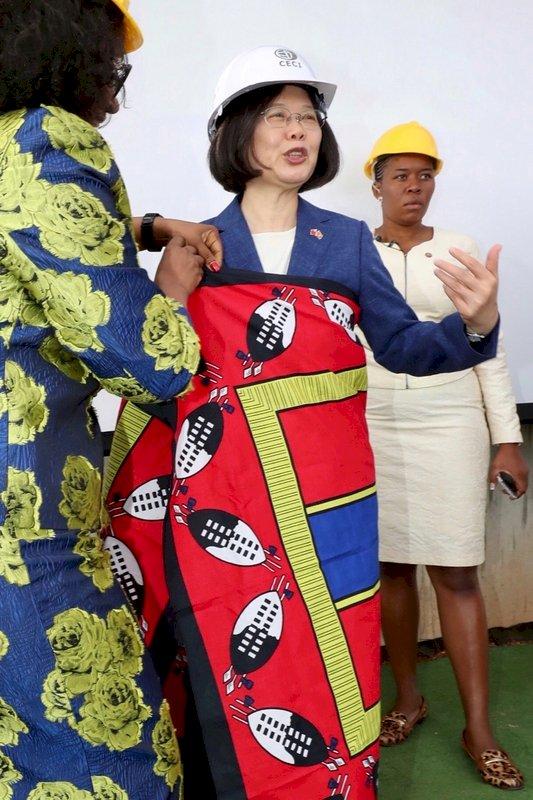 蔡總統穿上史國傳統沙龍 笑說很搭衣服