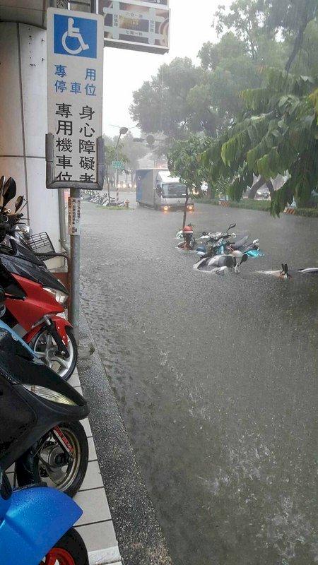 熱低壓豪雨襲南台灣 高雄小港水淹民宅