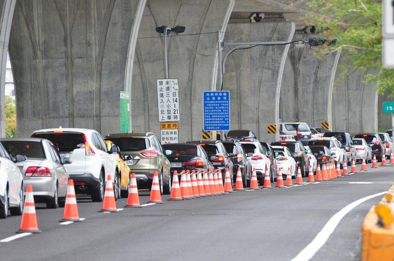 熟悉的車陣回來了 雪隧周末北返回堵5.5公里