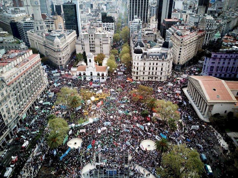 反撙節阿根廷萬人抗議 大罷工隨後登場
