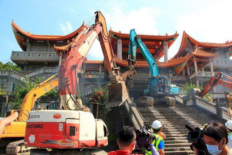 碧雲禪寺違建拆除作業 過程大致平和