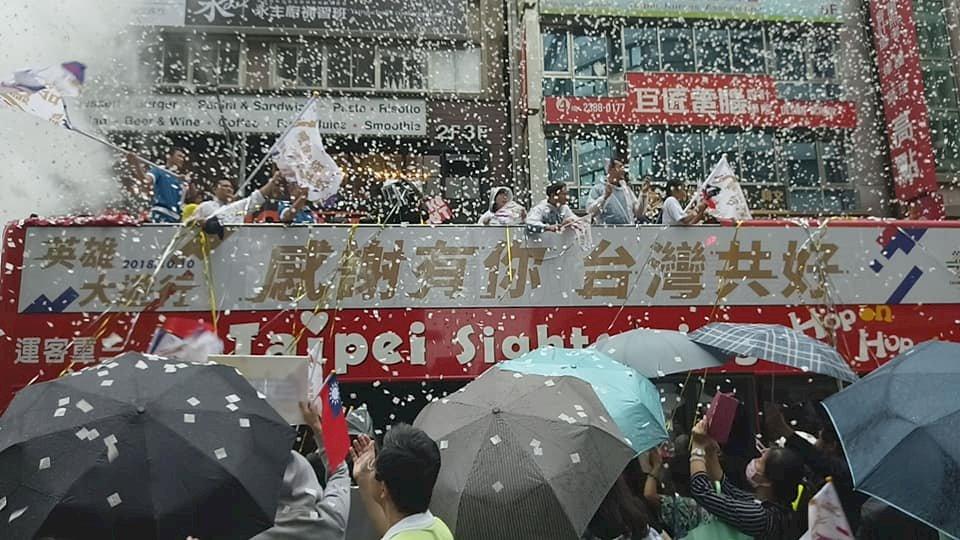 亞運英雄遊行擠爆英雄谷 中客攜眷來台同歡