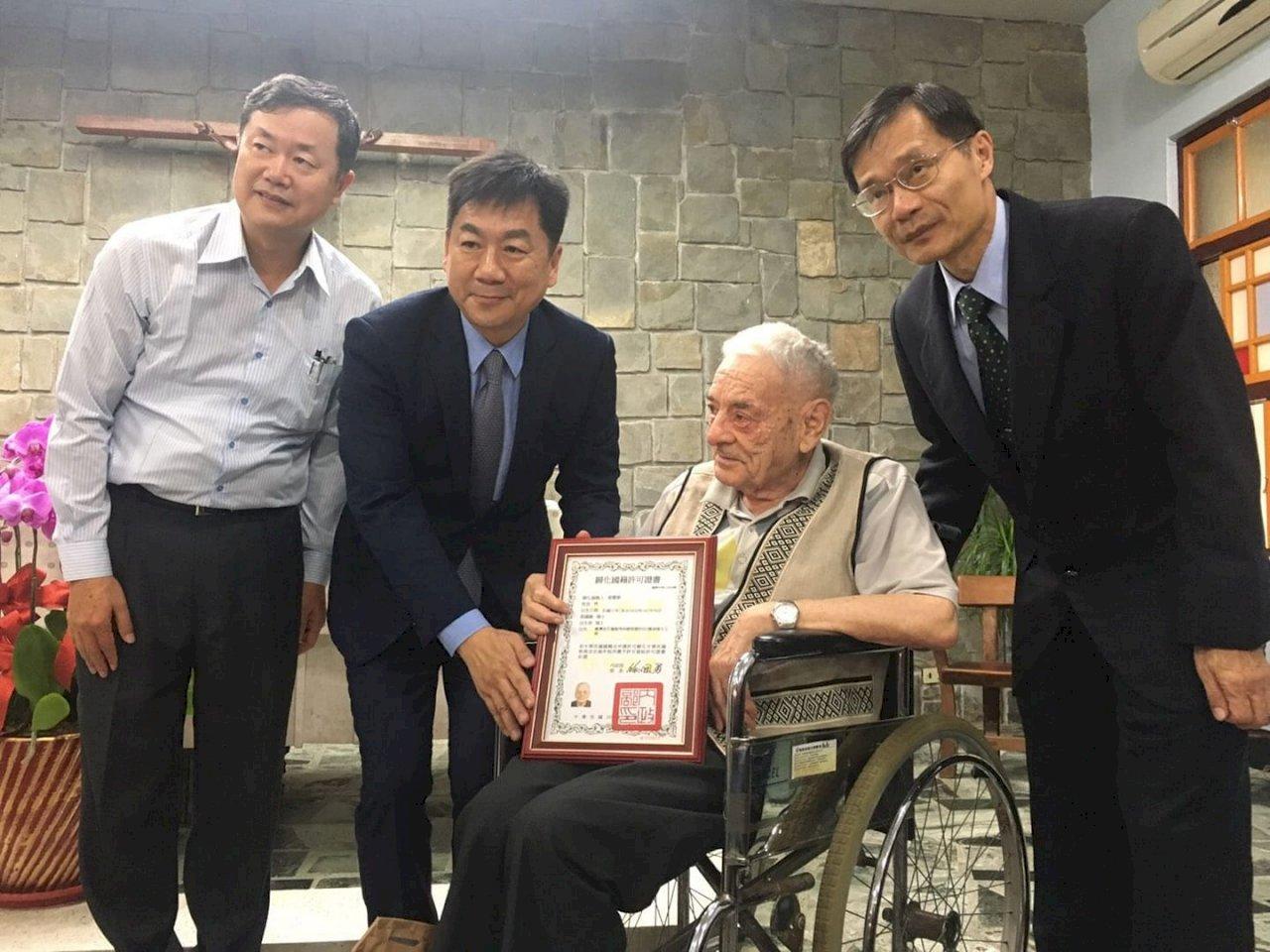 來台關懷原民57年 瑞士籍神父雷震華取得身分證