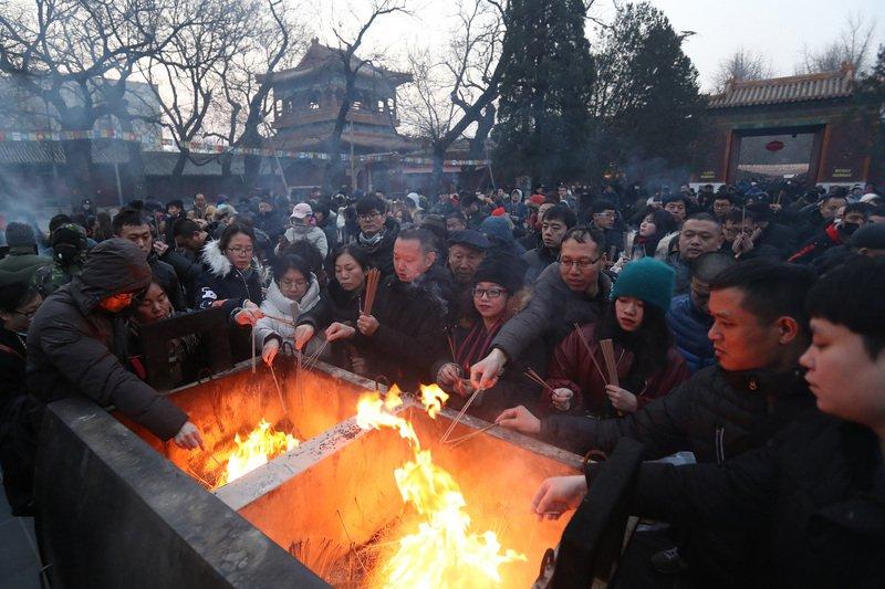 北京雍和宮搶頭香 民眾徹夜排隊8個半小時