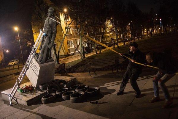 涉性侵兒童 波蘭神父雕像被拉倒