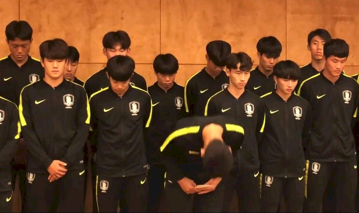 腳踩獎盃還假尿?南韓球員全隊鞠躬致歉