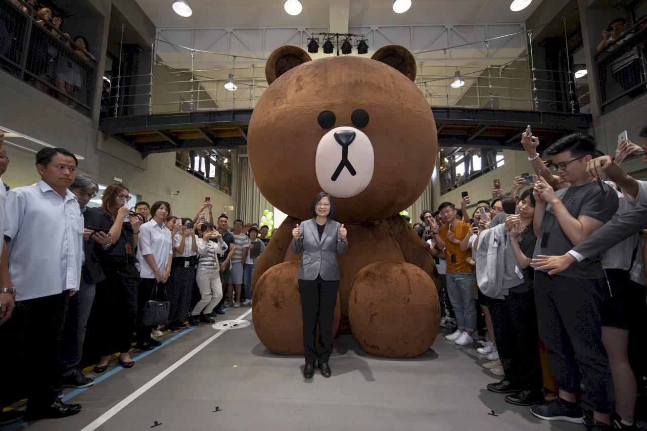 蔡總統參訪LINE台灣辦公室 好奇熊大是哪國的