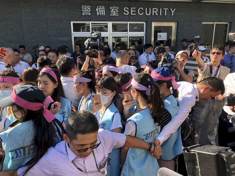 長榮空服員罷工 長榮航運大樓外近千人對峙