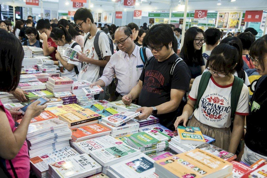 業者憂「白色恐佈」! 香港書展今揭幕 政治書清零