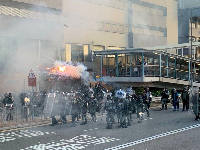 港人示威 港警西環施放催淚彈