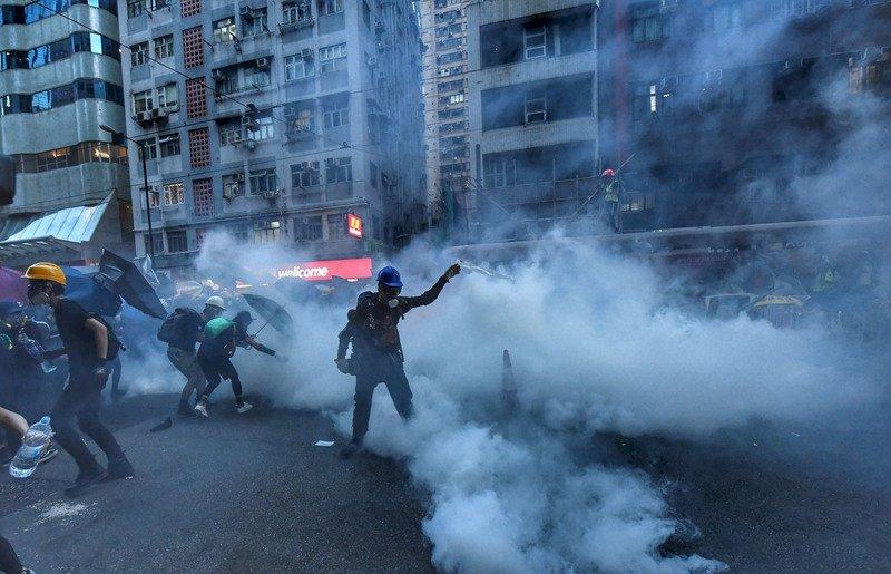 港警在西環展開清場行動 施放多枚催淚彈