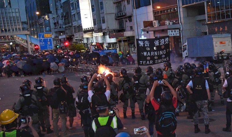 香港示威 警控示威民眾多處縱火