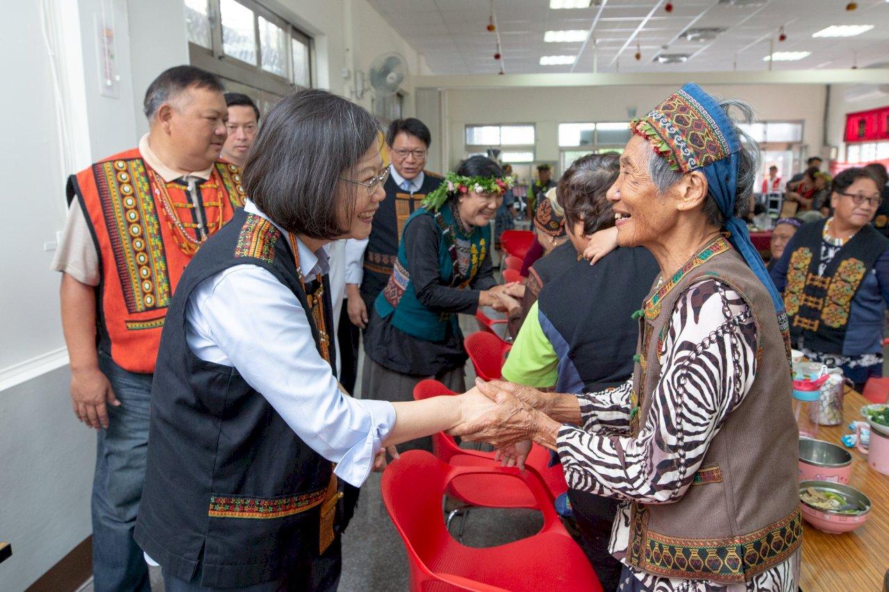 蔡總統訪視部落文健站 宣布將啟動長照3.0