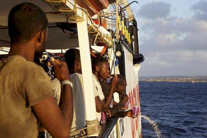 義堅持不讓船靠岸 移民心急跳海盼游向自由