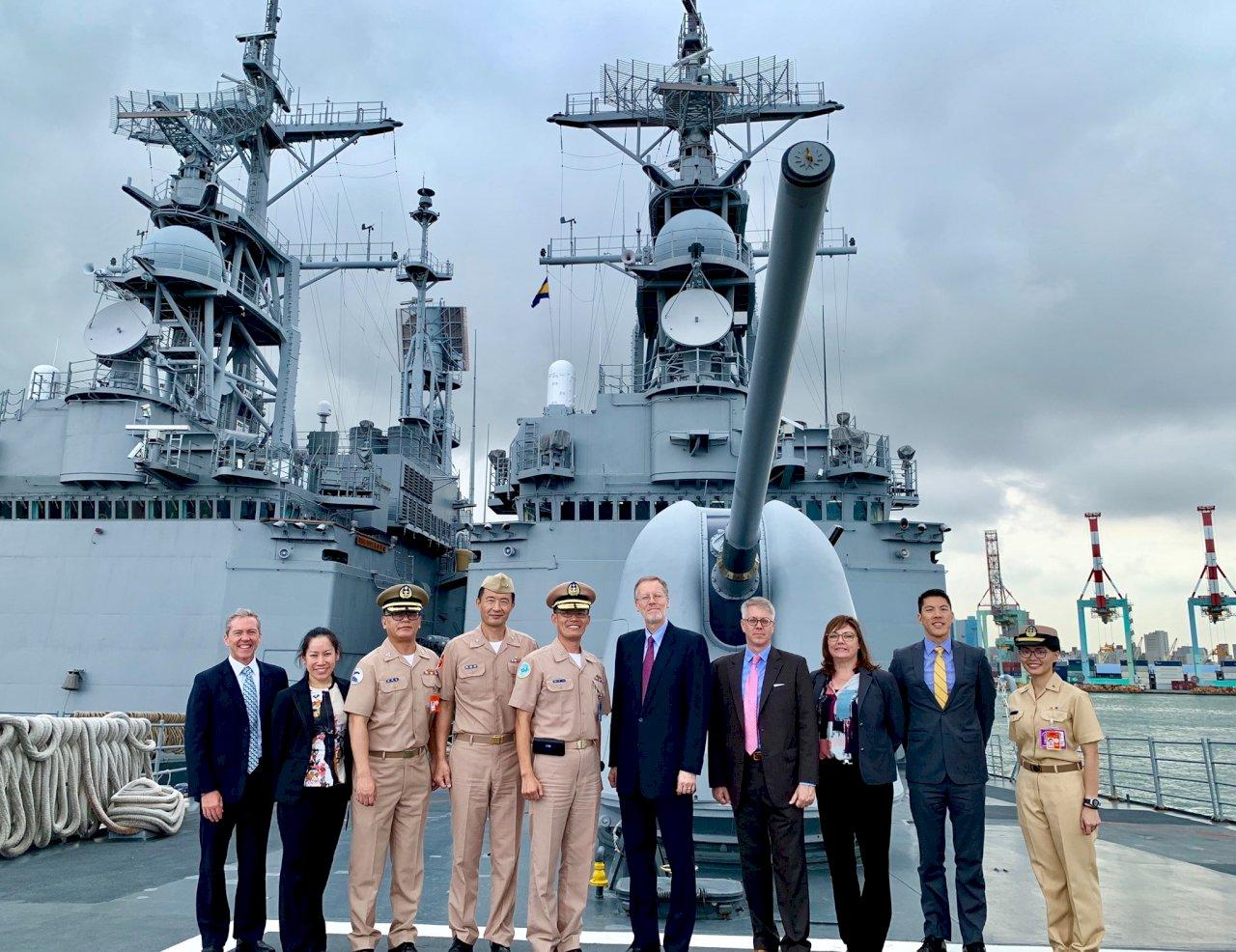 酈英傑登海軍軍艦 強調美台共維海上航行自由安全