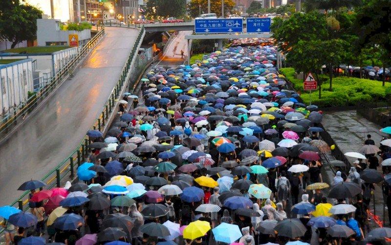 香港反送中 「和理非」抗議方式讓道「堵圍破」