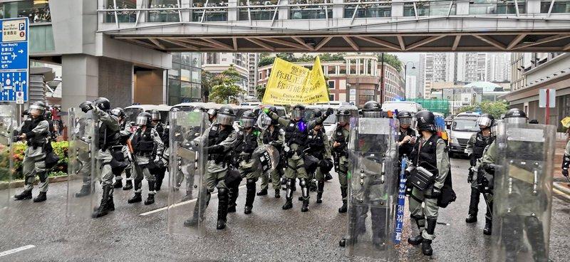 香港民主派批評荃灣警員近距離開槍 攻擊多於自衞