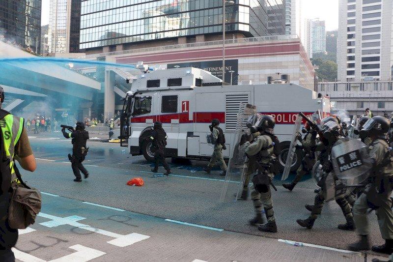 港人遊行變包圍政府總部 水炮車上街強力驅散