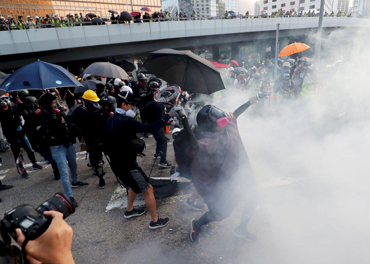 香港金鐘示威者丟燃燒彈 港警射催淚瓦斯