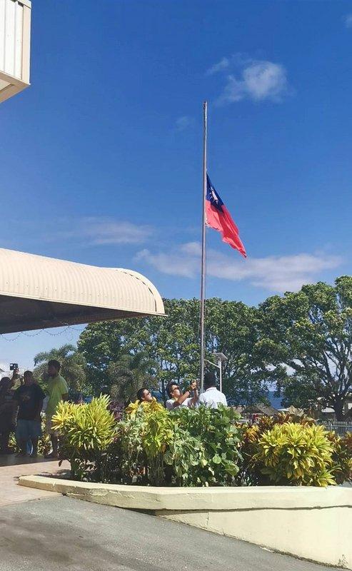 中華民國駐索羅門大使館降旗關館 氣氛悲傷