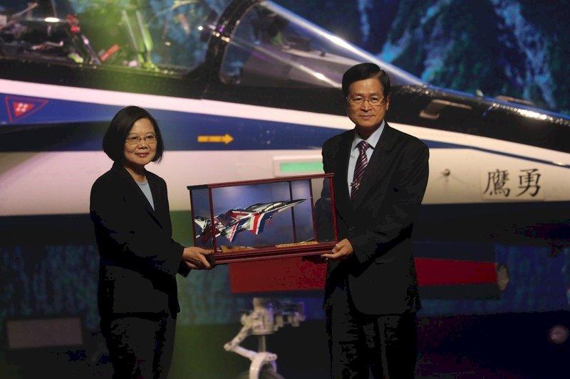 國造高教機「勇鷹」亮相 總統:證明台灣航太三大進步