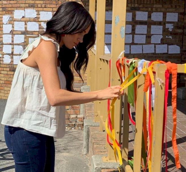 反性別暴力 梅根訪南非女大生遇害處繫黃絲帶