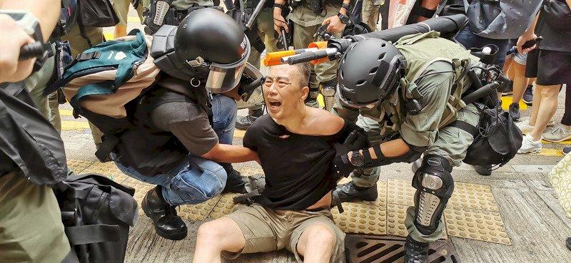 網民號召赴銅鑼灣遊行 港警施放催淚彈