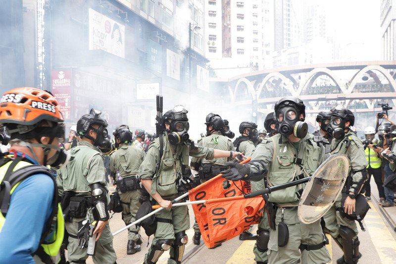 中共建政70年將屆 港警催淚彈無差別狂清場