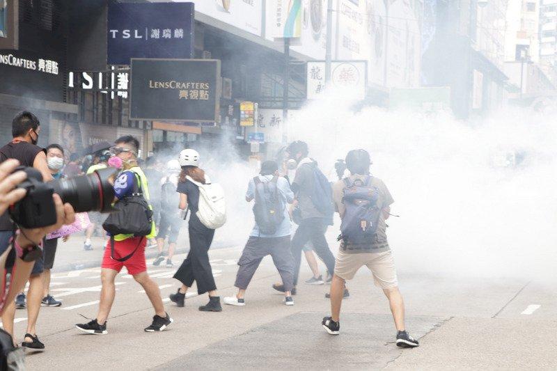 香港多地再有反送中示威 警方以催淚彈驅散