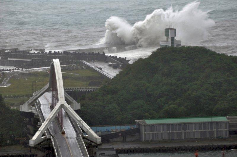 米塔暴風圈壟罩 台東掀7米巨浪