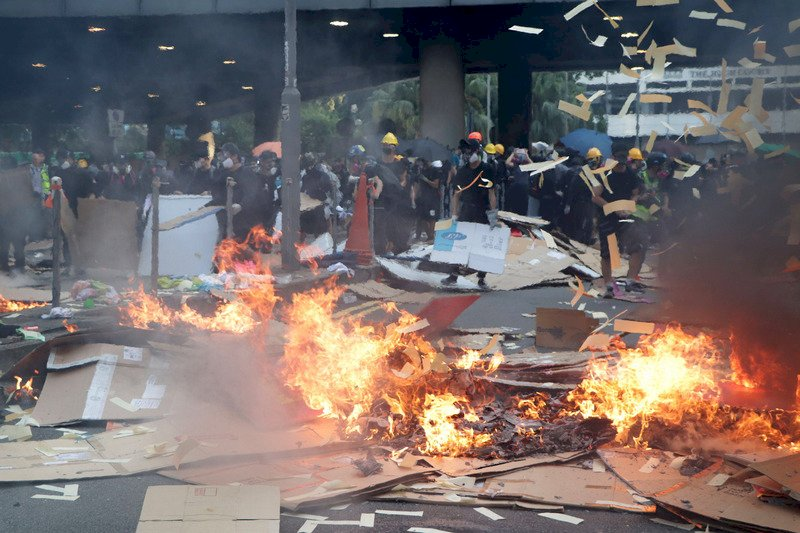 港媒:十一暴力持續令特首出動緊急法