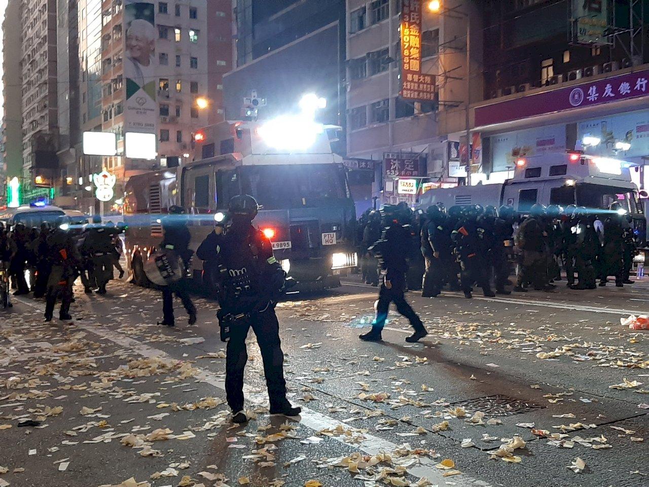 香港深水埗示威民眾放煙火 警察遇襲流血開兩槍