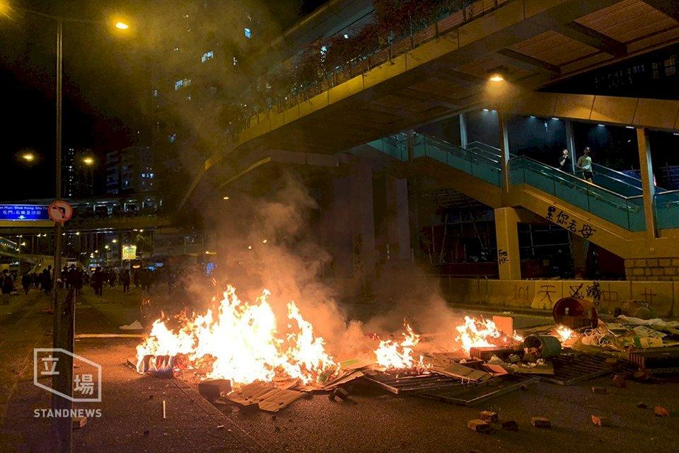 香港示威者九龍新界多區堵路縱火 黃大仙防暴警舉槍