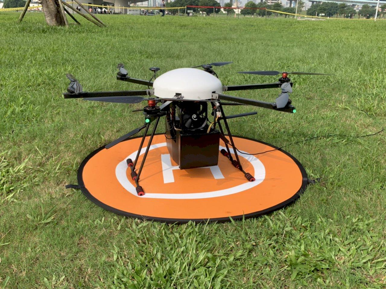 新北大都會公園抓寶人潮湧現  工研院與新北警局利用無人機維安