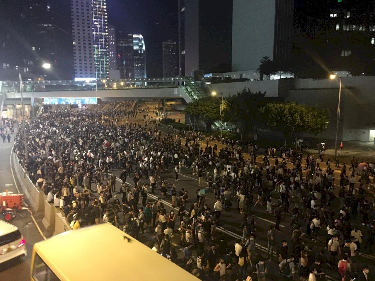 香港前線抗爭者稱會繼續蒙面抗議 有市民憂訂更嚴苛法例