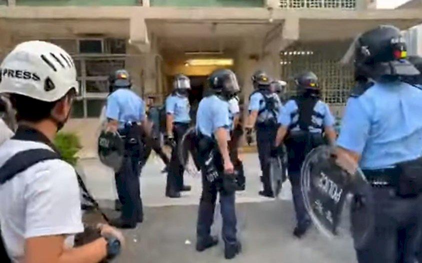 香港反送中波及中學 防暴警察出動