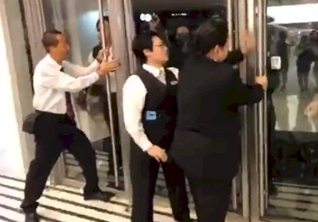 阻擋警方進入商場 香港5保全被捕