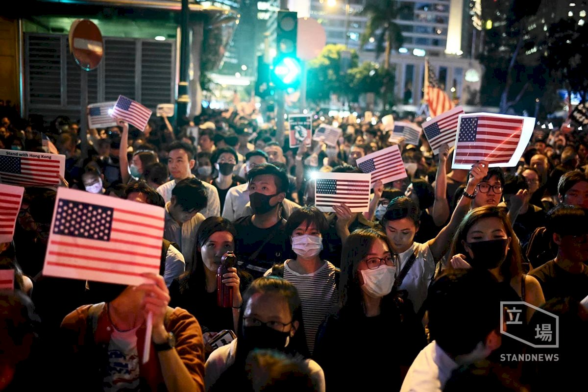 禁蒙面法頒布後香港首次大型集會 仍有人戴口罩