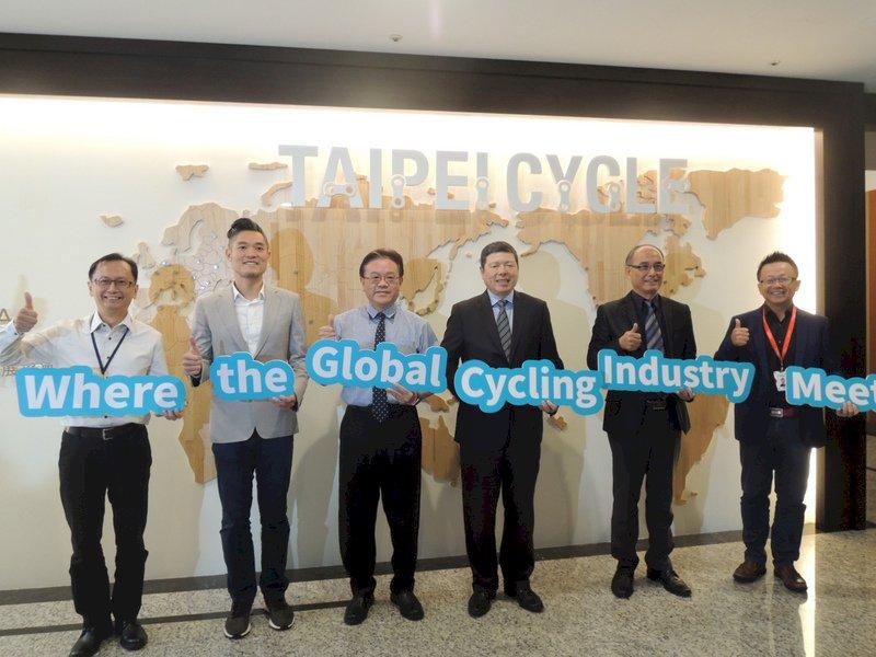 2020台北國際自行車展將於明年3月登場,外貿協會秘書長葉明水(右3)等人21日在外貿協會台中辦事處舉辦展前記者會。