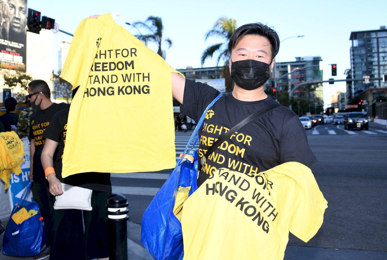 NBA開幕賽開打 支持者發送數千黑T聲援香港爭民主