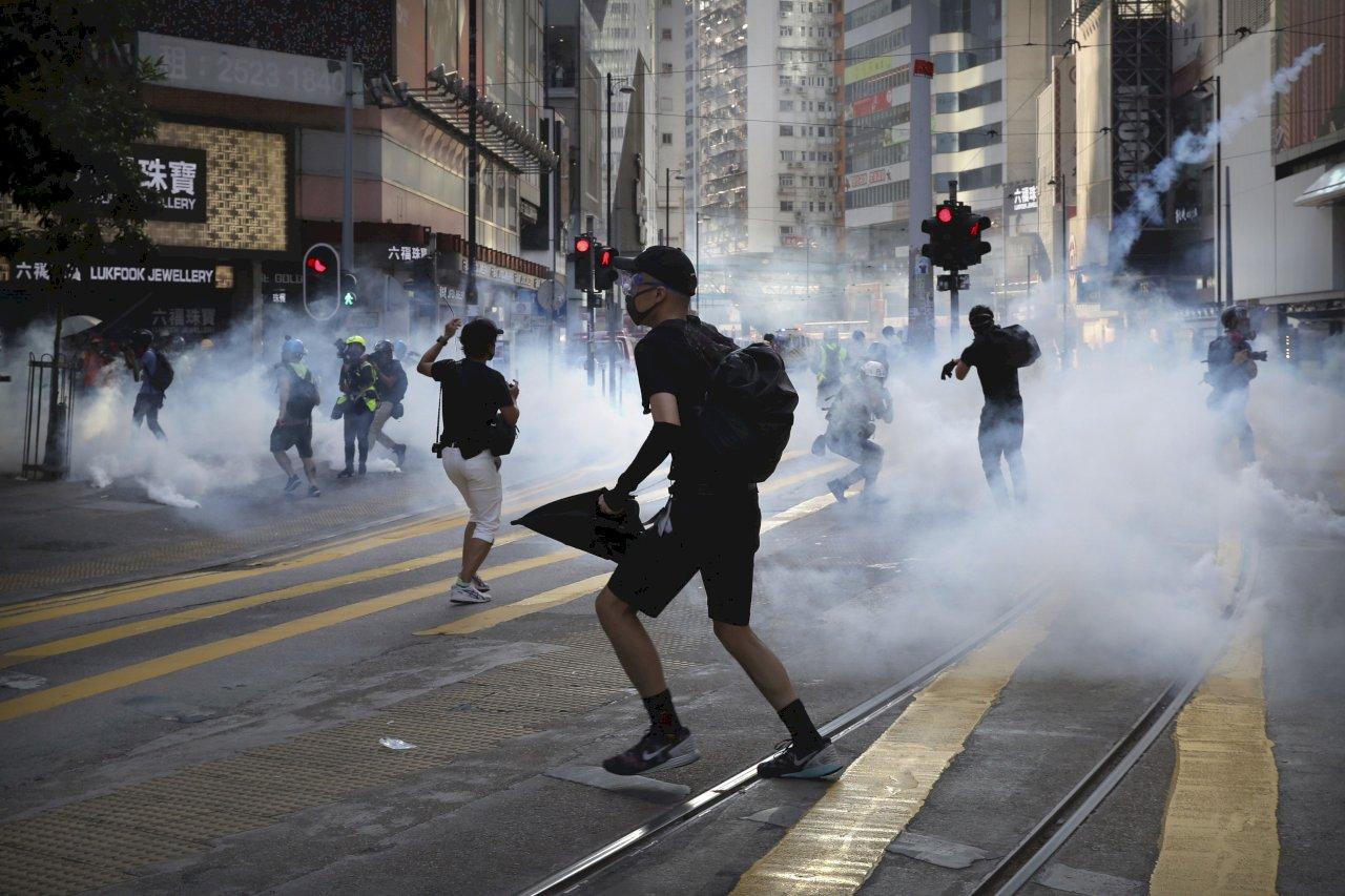 香港民眾遊行集會 警方以催淚彈及水砲車驅離